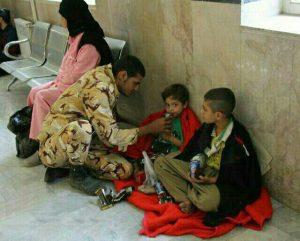 زلزله کرمانشاه- مهربانی خالصانه سرباز ارتش به کودکان آسیب دیده